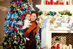 母亲浅黑肤色的男人拥抱白色的小逗人喜爱的胖的女婴 图库摄影