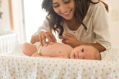母亲润湿的婴孩 免版税库存照片