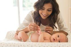 母亲润湿的婴孩 库存图片