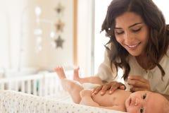 母亲润湿的婴孩 免版税库存图片