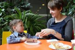 母亲清洗她的儿子手 免版税库存图片