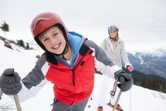 母亲滑雪儿子假期年轻人 免版税库存照片