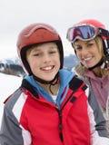 母亲滑雪儿子假期年轻人 免版税库存图片