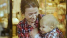 年轻母亲演奏并且获得与快乐的孩子的乐趣 影视素材