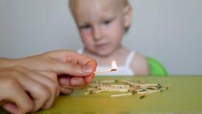 母亲点燃火柴并且教小孩孩子不可能采取比赛,后果  影视素材