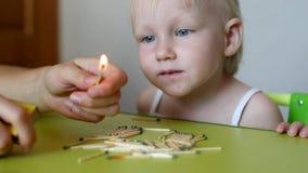 母亲点燃火柴并且教小孩孩子不可能采取比赛,后果  股票录像