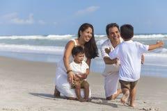 母亲父亲做父母男孩儿童家庭海滩乐趣 免版税库存照片