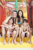 母亲父亲儿子女儿儿童系列水公园 免版税图库摄影