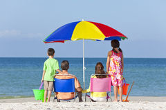 母亲父亲&在海滩的儿童系列 免版税库存照片