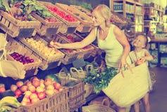 母亲用女儿购物果子 库存图片