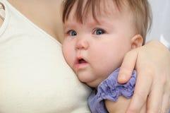 母亲的哭泣的婴孩在手上 拥抱安慰的生气的孩子和镇定 库存照片