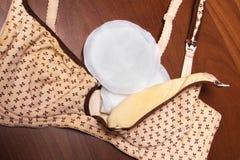 母亲的护理胸罩 与新的一次性乳房垫的妈妈胸罩 防止流程在衣裳的牛奶,它是 库存照片