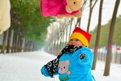 母亲的爱温暖在冬天 免版税库存照片