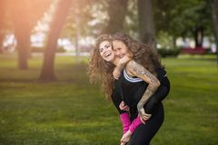 母亲的爱 永远年轻和愉快 库存照片