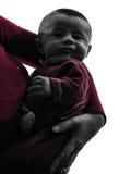 母亲的婴孩武装剪影 免版税库存图片