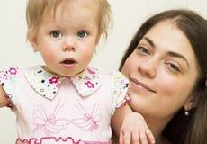 年轻母亲的画象有daughte的。 库存照片