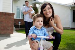 母亲纵向儿子 免版税库存图片