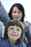 母亲纵向儿子 免版税库存照片