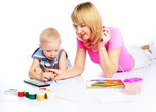 母亲绘画儿子 库存照片