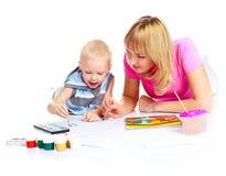 母亲绘画儿子 免版税库存图片
