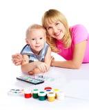 母亲绘画儿子 免版税库存照片