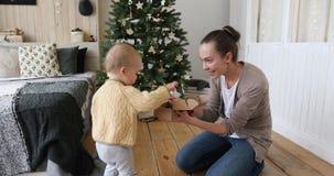 母亲给一件礼物圣诞节的一个孩子 股票视频