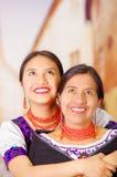 母亲美丽的画象有女儿的,佩带的传统安地斯山的衣裳和配比的项链,摆在 库存图片