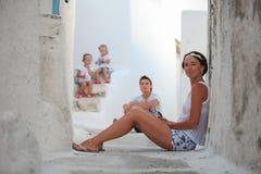 年轻母亲背景她逗人喜爱的女儿和 免版税库存照片