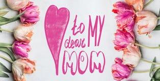 母亲节与在上写字对我亲爱的妈妈的文本的贺卡,美丽的淡色郁金香用水滴下,花卉横幅,顶面v 免版税库存图片