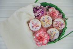 母亲节与康乃馨花和自创蛋糕的礼物篮子 免版税库存照片