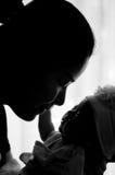 母亲节与新出生的婴孩护理的接合概念 母亲是使用和谈话与在窗口旁边的新出生的婴孩 免版税库存图片