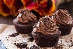 母亲节与春天郁金香的巧克力杯形蛋糕 免版税库存照片