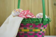 母亲节与花和自创蛋糕的礼物篮子 免版税库存照片