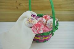 母亲节与花和自创蛋糕的礼物篮子 库存图片