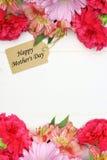 母亲节与花框架的礼物标记在白色木头 库存照片