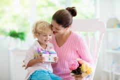 母亲节快乐 有礼物的孩子妈妈的 库存图片