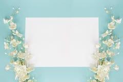 母亲节或婚姻的花卉卡片在蓝色 免版税库存图片