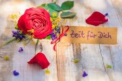 母亲节或情人节礼品券、证件或者优惠券与德国文本、Zeit fuer Dich,平时的您和红色玫瑰 免版税图库摄影