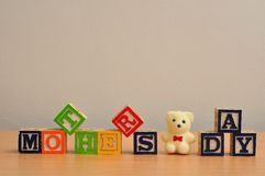 母亲节拼写与五颜六色的字母表块 免版税库存图片