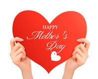 母亲节拿着红色心脏的背景两手。 免版税库存照片
