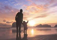 母亲节概念:妈妈和孩子日落背景的 免版税图库摄影