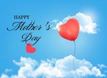 母亲节背景。假日心形的气球在蓝色sk 免版税库存图片