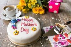 母亲节蛋糕、花和礼物 免版税库存图片