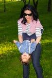 母亲获得与小孩的乐趣在公园 库存图片