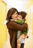 母亲藏品儿子在医院 免版税库存照片