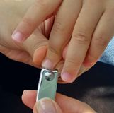母亲裁减婴孩手指钉子 免版税库存照片