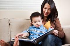 母亲读取儿子 免版税库存图片