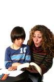 母亲读取儿子 库存图片