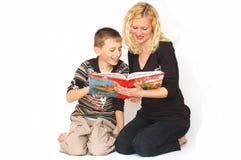 母亲读取儿子 免版税库存照片