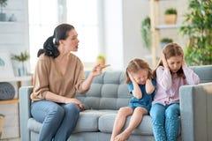 母亲责骂孩子 免版税库存图片